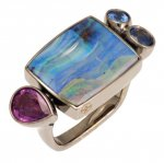 Anello in Oro Bianco con Opale e Zaffiri<br /><em>White Gold ring with Opal and Sapphires</em>