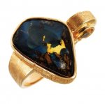 Anello in Oro Rosso con Zaffiro, Opale e Diamante taglio brillante<br /><em>Red Gold ring with Sapphire, Opal and brilliant cut diamond</em>