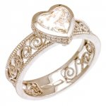 Anello in Oro Bianco, Diamante Taglio Cuore e Diamanti taglio brillante<br /><em>White Gold ring with heart shape diamond and round brilliant cut diamonds</em>